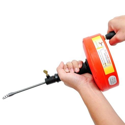 Cách 2: Dùng dây lò xo thông bồn cầu.