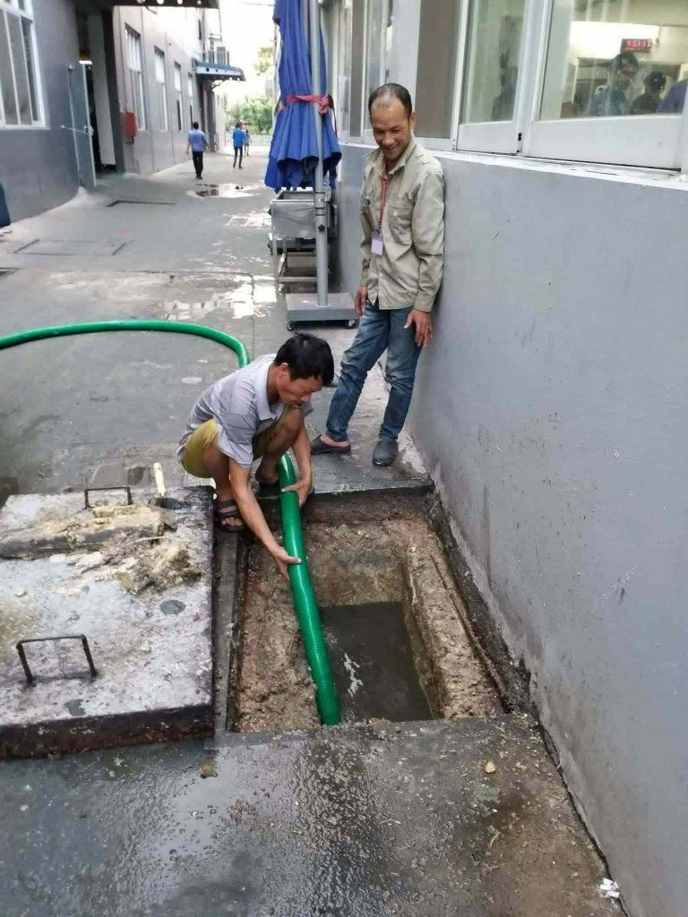 Nên lựa chọn công ty hút hầm cầu chuyên nghiệp tại TPHCM.