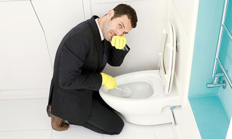 Vì sao bồn cầu bốc mùi hôi mỗi lần xả nước.