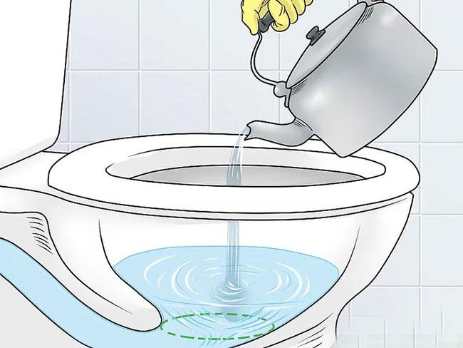 Cách số 1: Dùng nước ấm để thông đường ống nước sinh hoạt.