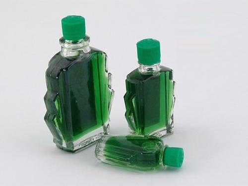 Sử dụng dầu gió xanh để xử lý mùi hôi bồn cầu.