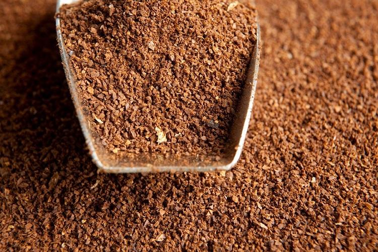 Khử mùi hôi bằng bã cà phê.