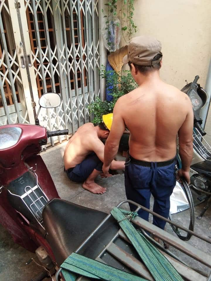 2 nhân viên thông đường cống nghẹt huyện mộc hóa