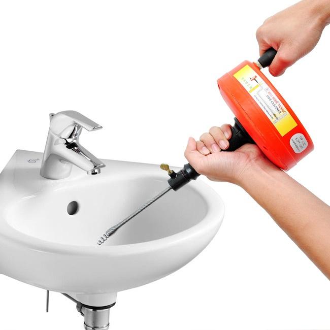 cách thông tắc bồn rửa chén bát bằng dây lò xo