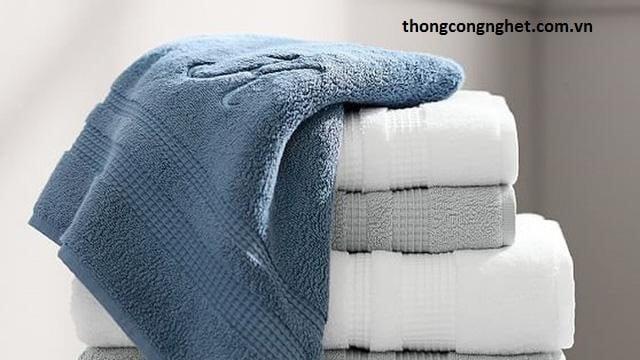 Dùng lại khăn tắm nhiều lần.