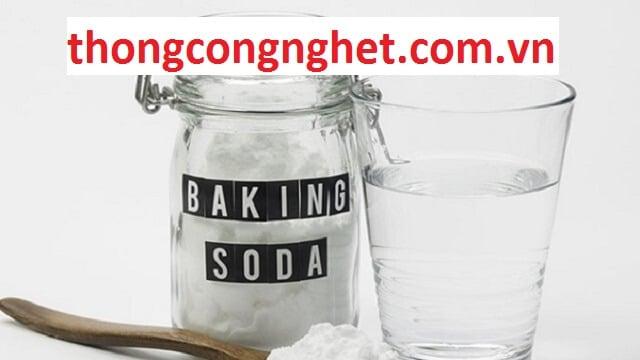 Baking soda có dạng rắn, là bột mịn màu trắng ít tan trong nước, có tính kiềm, tính hút ẩm cao, do nguyên liệu này mang bản chất là muối.